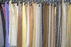 Próbki pluszowa tkanina w sklepie Zdjęcie Royalty Free