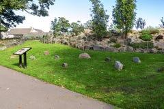 Próbki różnorodny granit od lokalnych Szkockich łupów przedstawiających w Duthie parku, Aberdeen zdjęcia stock