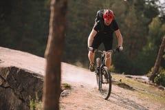 próbna rowerzysta jazda na skalistym zdjęcia stock