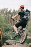 próbna rowerzysta pozycja z bicyklem fotografia royalty free