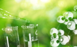 Próbna tubka i kropla woda z nauki chemiczną strukturą na g fotografia stock
