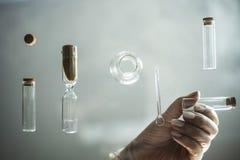 Próbna tubka w naukowiec ręce w laboratorium Zdjęcie Stock