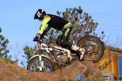 Próbny motocyklista iść nad skałami zdjęcie stock