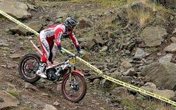 Próbny motocyklu jeździec na skalistym skłonie Zdjęcia Royalty Free