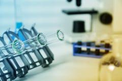 Próbnych tubk closeup medical glassware Pipeta Sumujący fluid Jeden Kilka Próbne tubki medical glassware fotografia stock