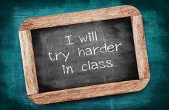 Próbuję ciężkiego w klasie pisać na blackboard, zamiarze c/ obrazy royalty free