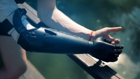 Prótese biônico especial, fim acima A pessoa deficiente veste uma mão robótico moderna video estoque