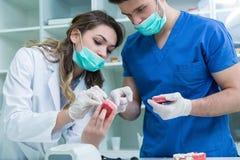 Prótese dental, dentaduras, trabalho das próteses Imagens de Stock