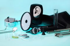 Próteses auditivas modernas no fundo OTORRINOLARINGOLÓGICO das ferramentas, foco macio Acessório OTORRINOLARINGOLÓGICO fotos de stock royalty free