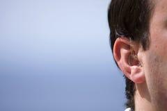 Prótesis de oído del varón Fotos de archivo