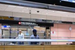 Próximo acima dos povos que deixam a porta do terminal de aeroporto da entrada internacional da chegada fotos de stock