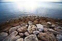 Próximo de pedra a água Fotografia de Stock Royalty Free