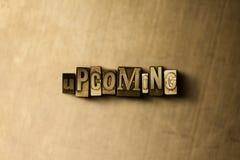 PRÓXIMO - o close-up do vintage sujo typeset a palavra no contexto do metal Imagens de Stock