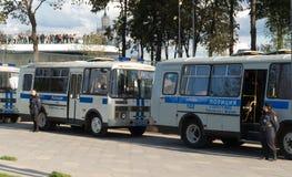 Próximo policosuky dos ônibus e das senhoras da polícia Imagens de Stock