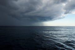 Próximo tempestade no mar Chuva fotografia de stock