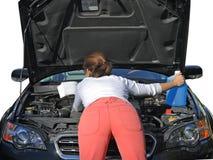 Pröva kvinna att fixa bilen royaltyfri fotografi
