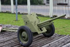 prövkopia för 45-mmanti--behållare vapen M-42 av USSR 1942 på jordning av weaen Arkivfoton