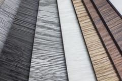 Prövkopia för PVC-polymervinyl för att kunder ska välja golvdesignen inom kopieringsutrymmet royaltyfria foton