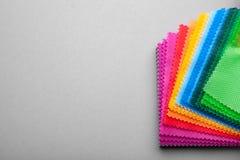 Prövkopior av kulört tyg för val för köpare` s Exempeltyg fotografering för bildbyråer