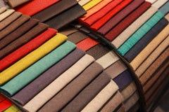 Prövkopior av möblemangtyg som göras av färgrikt Arkivbild