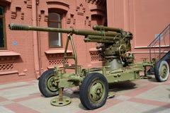 prövkopior för luftvärns- vapen 52 K för 85-mm av 1939 i territoriet av Vodokanal petersburg russia st Arkivbild