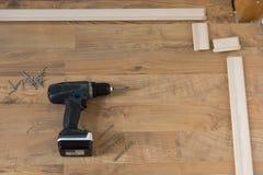 prövkopior för målarfärgrulle Installation av golvstöpningar Hjälpmedel på golv Royaltyfri Bild