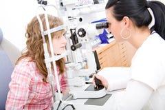 Prüfen Sie einen Patienten in der Augenheilkundearbeit Stockfoto