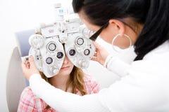 Prüfen Sie einen Patienten in der Augenheilkundearbeit Stockfotografie