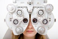 Prüfen Sie einen Patienten in der Augenheilkundearbeit lizenzfreie stockfotos