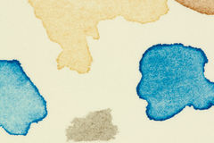 Prüfen Sie vibrierende Farbenstellen des Aquarells auf starkem Aquarellpapierblatt, verließ als Gruppe kleine Tropfen und spritzt Lizenzfreie Stockfotos