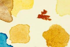 Prüfen Sie vibrierende Farbenstellen des Aquarells auf starkem Aquarellpapierblatt, verließ als Gruppe kleine Tropfen und spritzt Stockbild