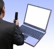 Prüfender neuer Laptop lizenzfreies stockfoto