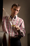 Prüfender weißer Wein des Winemaker im Keller. Lizenzfreies Stockfoto