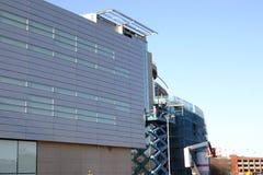 Prüfer, die Details eines modernen Gebäudes überprüfen Stockbild