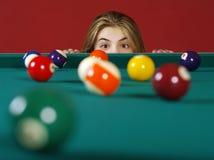 Prüfung auf einem Schuss beim Spielen des Pools Stockfotografie