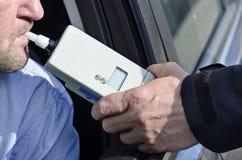 Prüfung der Nüchternheit durch einen Polizisten Stockfoto