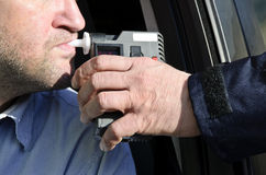 Prüfung der Nüchternheit durch einen Polizisten stockfotos
