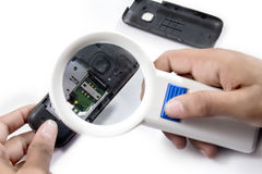 Prüfung der Störung im Mobile mit Vergrößerungsglas lizenzfreie stockbilder