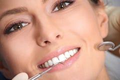 Prüfung der Zähne im Büro des Zahnarztes Stockbild