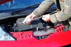 Prüfung des AutoTriebwerkölstandes. Stockbild
