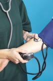 Prüfung des Blutdruckes Stockfotos