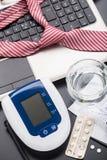 Prüfung des Blutdruckes im Büro Lizenzfreies Stockbild