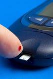 Prüfung des Blutzuckerspiegels Lizenzfreies Stockbild