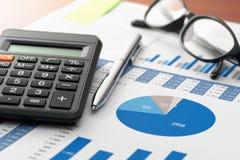 Prüfung des Finanzberichts über Geschäftsschreibtisch Lizenzfreie Stockfotos