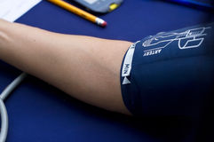 Prüfung des geduldigen arteriellen Blutdruckes der Frau, Gesundheitswesenkonzept Stockfoto