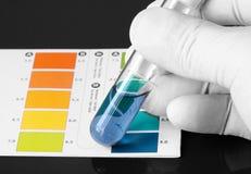 Prüfung des pH einer Chemikalie in einem Reagenzglas Stockfotos