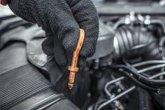 Prüfung des Schmierölstandes Unter der Haube des Autos Stockfotos