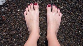Prüfung des Wassers mit Ihren Füßen lizenzfreie stockfotografie