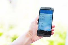 Prüfung des Wetters auf Smartphone Stockfoto