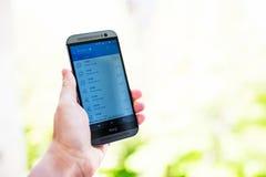 Prüfung des Wetters auf Smartphone Stockfotografie